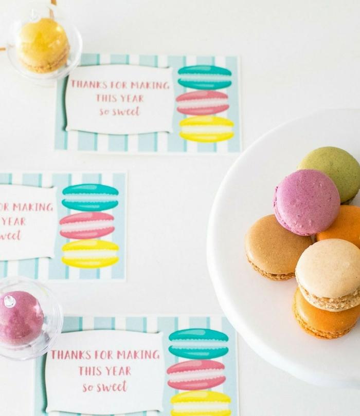 cadeau maitresse personnalisé pas cher, macarons colorés et étiquette cadeau original, exemple de gourmandises fait maison