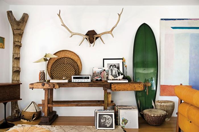 déco avec objets ou meuble bois flotté DIY, modèle de salon blanc aménagé avec meubles de bois foncé et objets de plage