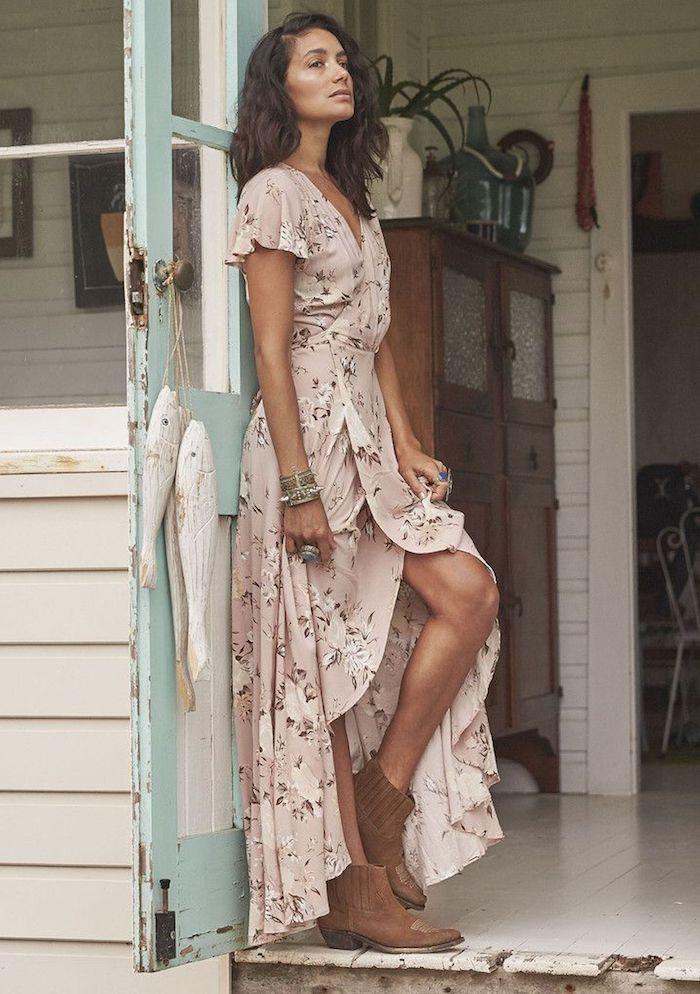 Rose pale robe evasee fendue, tenue boheme chic, s'habiller comme les hippies, robe boheme chic avec bottines brunes