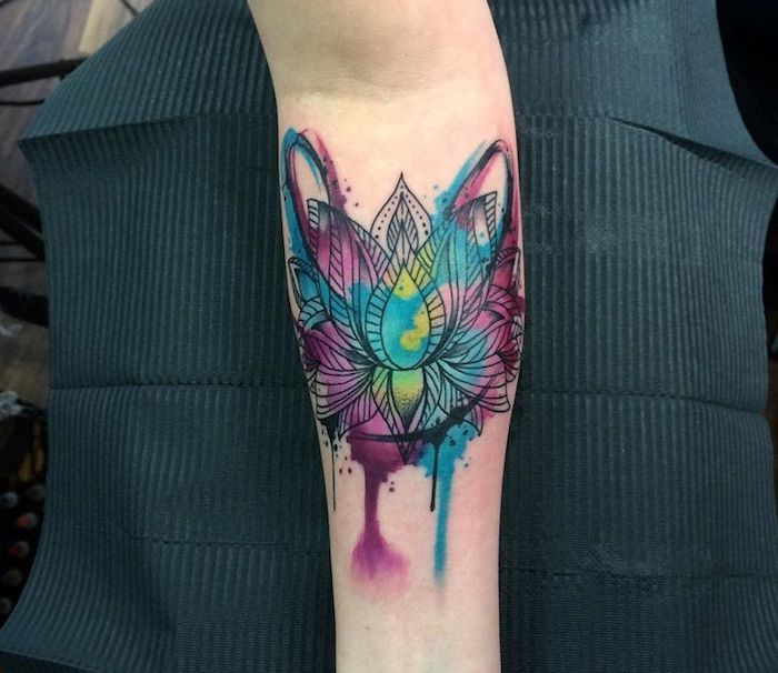 fleur de lotus tatouage élégante femme sur fond aquarelle coloré, quel symbole se faire tatouer