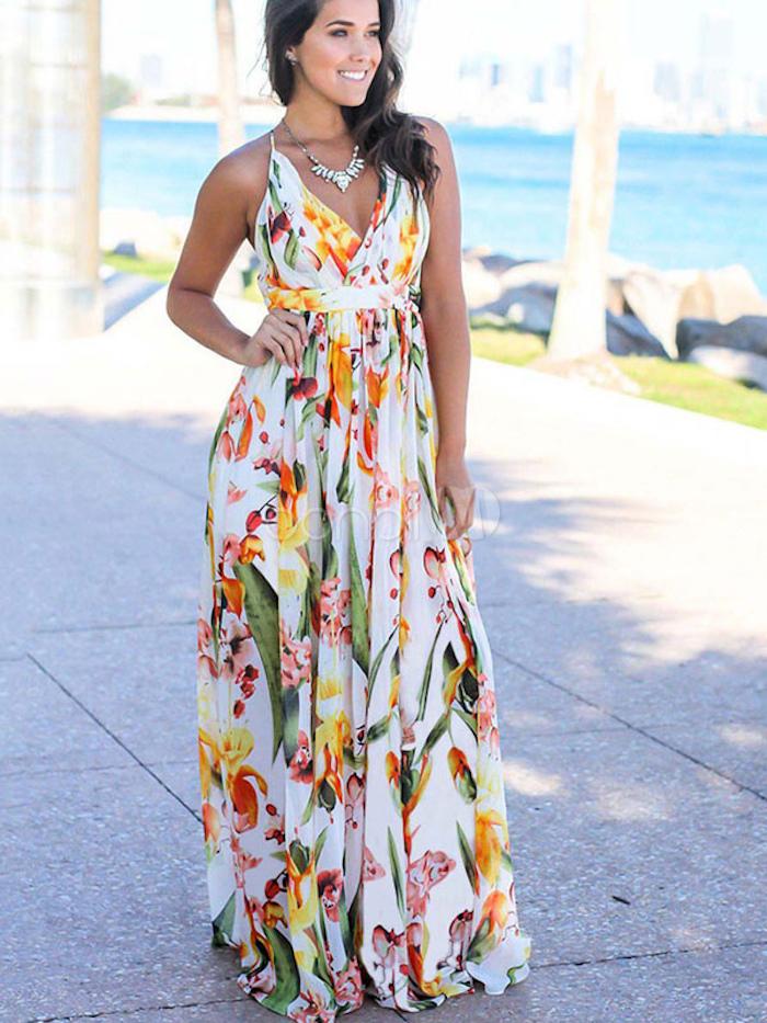 Au bord de la mer femme en robe debardeur, robe blanche boheme, robe hippie chic dentelle, robe longue boheme chic