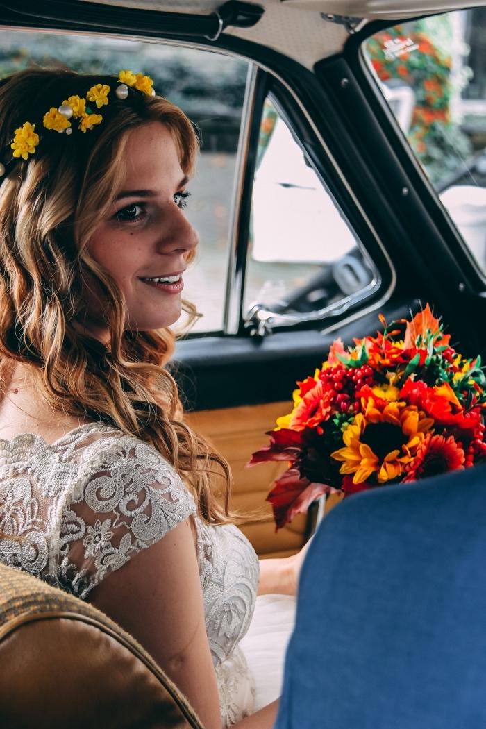 coiffure simple et rapide pour mariée bohème, idée coiffure cheveux longs et lâchés avec diadème florale et boucles