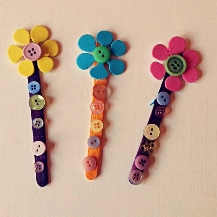 des marque-pages fleurs en bâtonnets de bois décorés de petits boutons, idée de cadeau fête des mères a faire soi meme