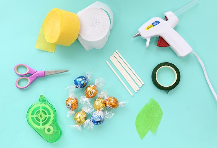matériaux nécessaires pour fabriquer un bouquet de bonbons lindor, fleurs en papier de soie colorées