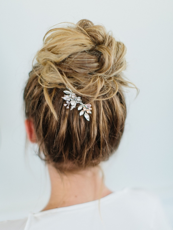 faire un chignon haut flou pour mariage, exemple de coiffure mariage boheme en chignon flou avec accessoire fleuri