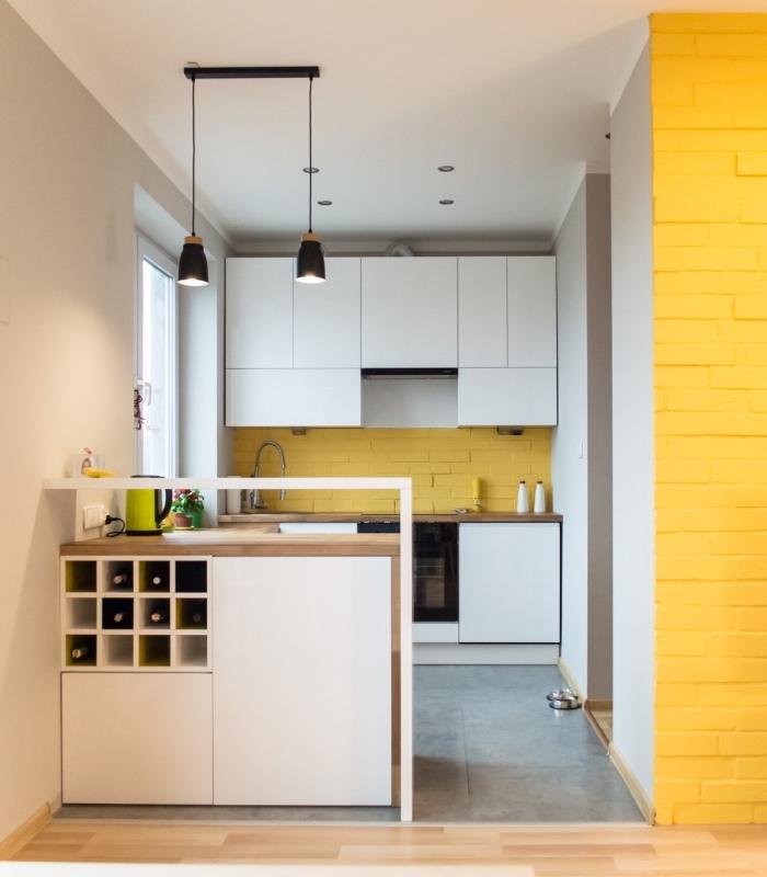 idée aménagement cuisine petite surface, agencement cuisine en U avec bar, déco cuisine blanche avec crédence jaune