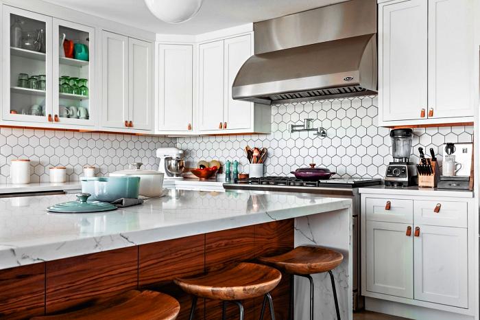 cuisine blanche équipée d'un îlot de cuisine à plan de travail en marbre et façade en bois, meuble cuisine en mélaminé