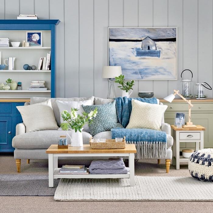 quelle couleur associer avec le gris dans un salon esprit marin, aménagement pièce océanique avec meubles couleur bleu marine