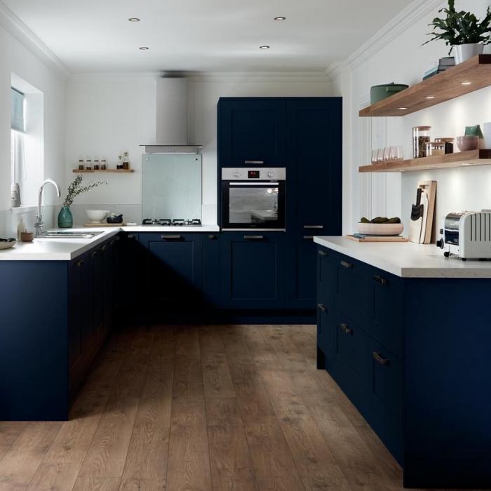 quelle couleur avec le blanc dans une cuisine U, exemple de cuisine sur trois murs avec armoires foncées et plafond blanc