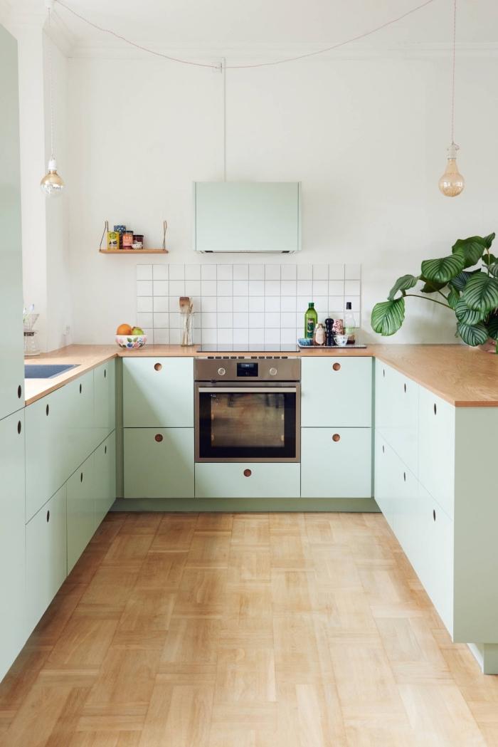 décoration de cuisine en U aux murs blancs avec comtpoir bois et meubles vert pastel, idée déco petite cuisine