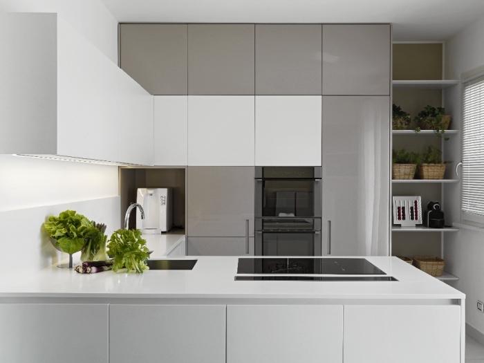 modèle de cuisine contemporaine design minimaliste en blanc et gris, aménagement cuisine petite surface en forme de u