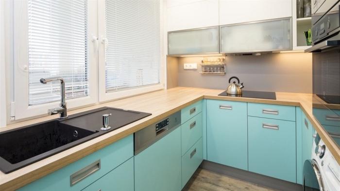 aménagement cuisine petite surface, idée cuisine équipée pas cher, modèle de cuisine avec comptoir bois et meubles vert pastel