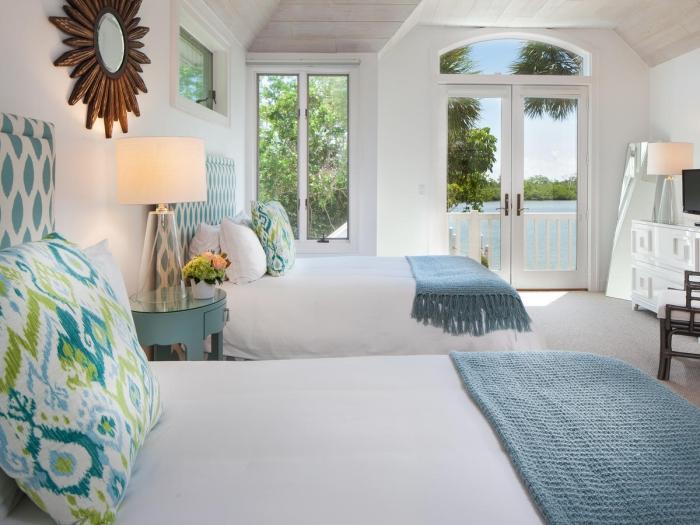 aménagement pièce blanche dans style bord de mer, idée chambre à coucher avec accessoires de nuances vert et bleu
