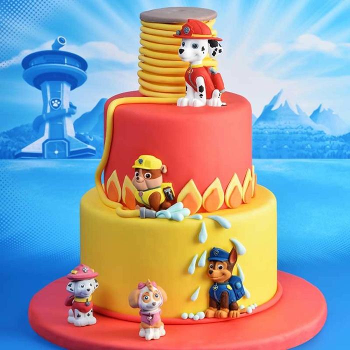 gâteau en rouge et jaune, chiens pompiers, figurines pat patrouille, gateau deco pat patrouille