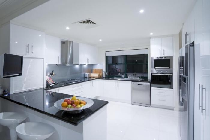 agencement cuisine moderne sur trois murs, modèle de cuisine blanc et noir avec crédence verre gris et équipement inox