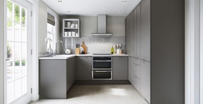 idée aménagement cuisine, quelle couleur avec le gris dans une cuisine, modèle cuisine ouverte sur trois murs