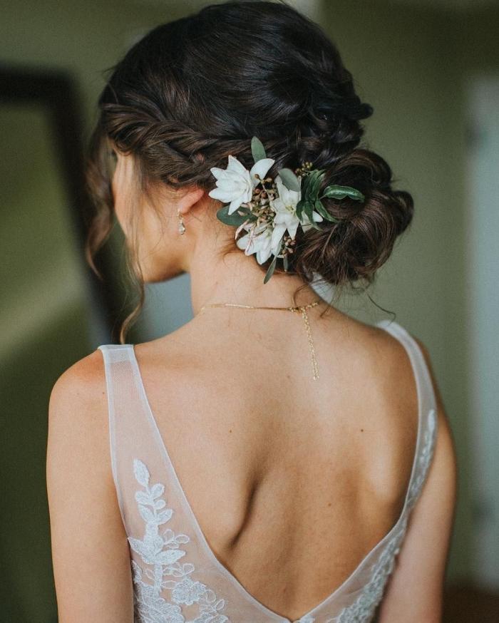 exemple de chignon cheveux long pour mariage, modèle coiffure aux cheveux attachés en chignon bas flou avec boucles