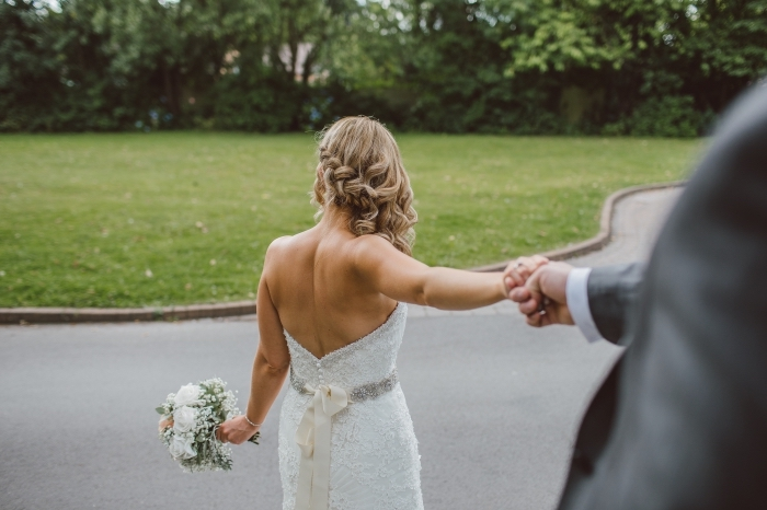 exemple de coiffure facile a faire pour mariée, modèle coiffure aux cheveux longs bouclés avec tresse sur le côté