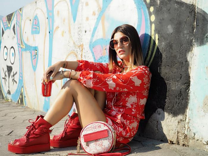 combishort femme rouge motifs végétaux, sac rond, lunettes rondes, tenue boheme chic