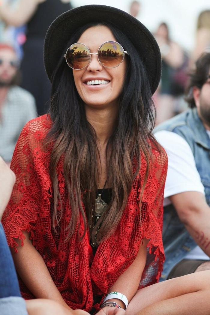 7fddbfeb0a1ee lunettes de soleil rondes, gilet rouge, capeline noire, bracelet blanc,  look bohème