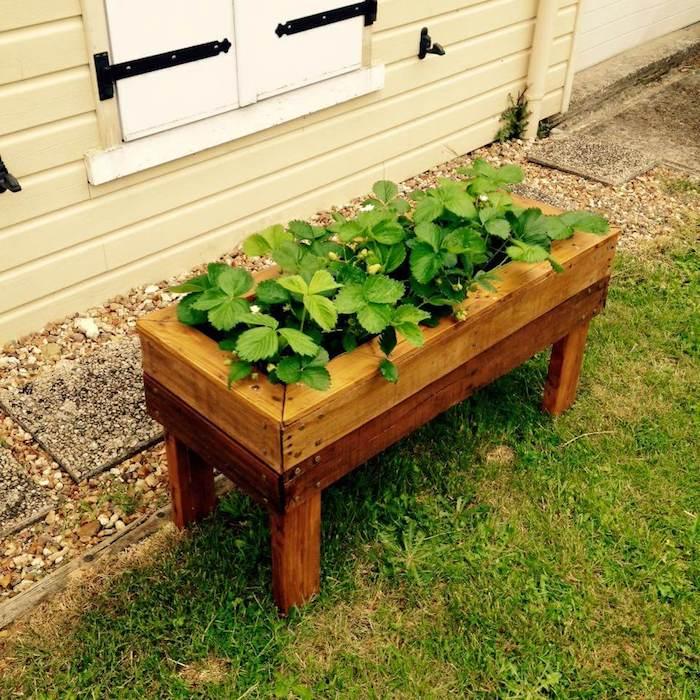 jardinière potager sur pied en lattes de bois arrangés en bac de bois, idee plante d exterieur, jardinière fraisier