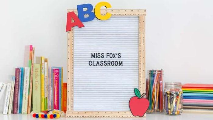 idée de tableau memo avec encadrement de règles, les lettres de l alphabet A, B, C et une pomme rouge, cadeau atsem et maitresse fait main