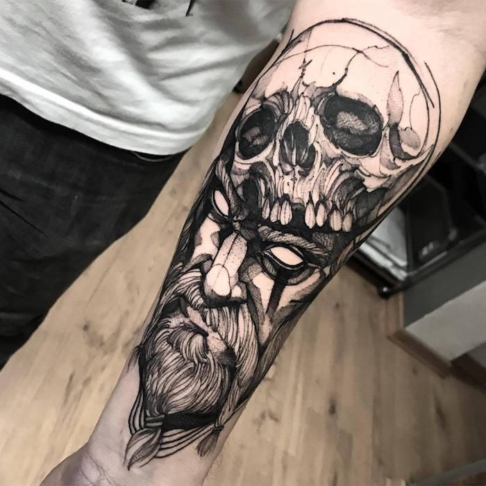 idée créature démonique, tatouage viking homme original, figure d un homme avec chapeau crâne