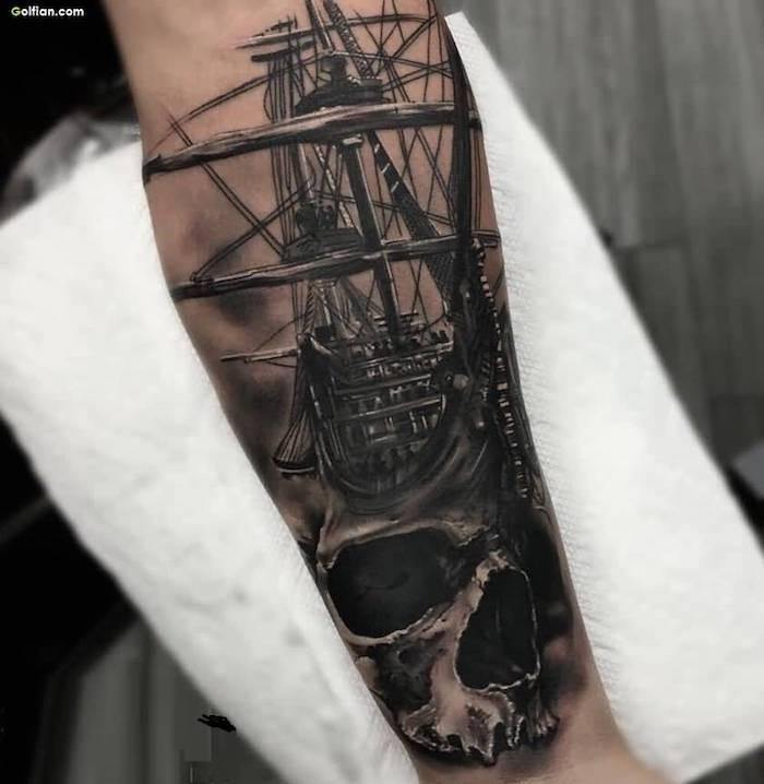 tatouage bateau et crâne squelette sur bras, idee bateau demonique tatouage gothique original