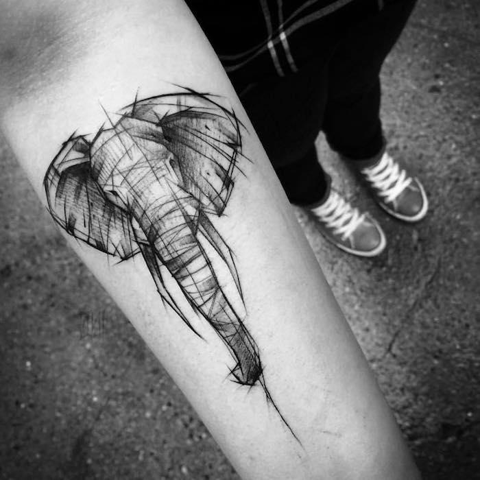 tête d éléphant aux traits noirs dessinée sur le bras, exemple de dessin graphique aux lignes noires
