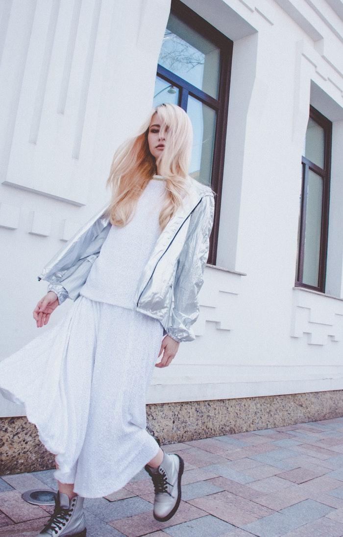 Millenial style tenue, veste et bottines argentés, robe longue femme, comment savoir s habiller bien pour l'été