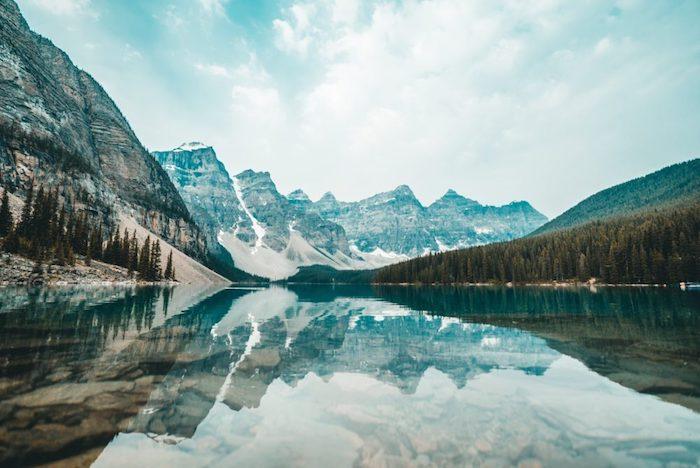 Miroir paysage de montagnes sur le lac, paysage canada ou norway, paysage magnifique, les plus beaux paysages du monde