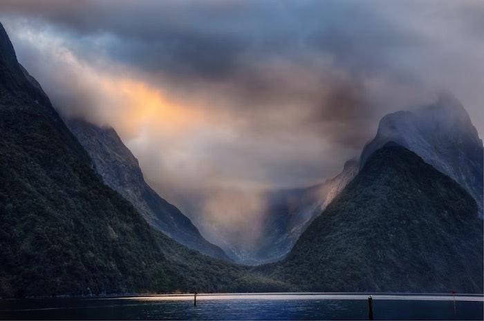 Brouillard au coucher de soleil, paysage fantastique, les plus beaux paysages du monde, vue magnifique de lac et de montagnes
