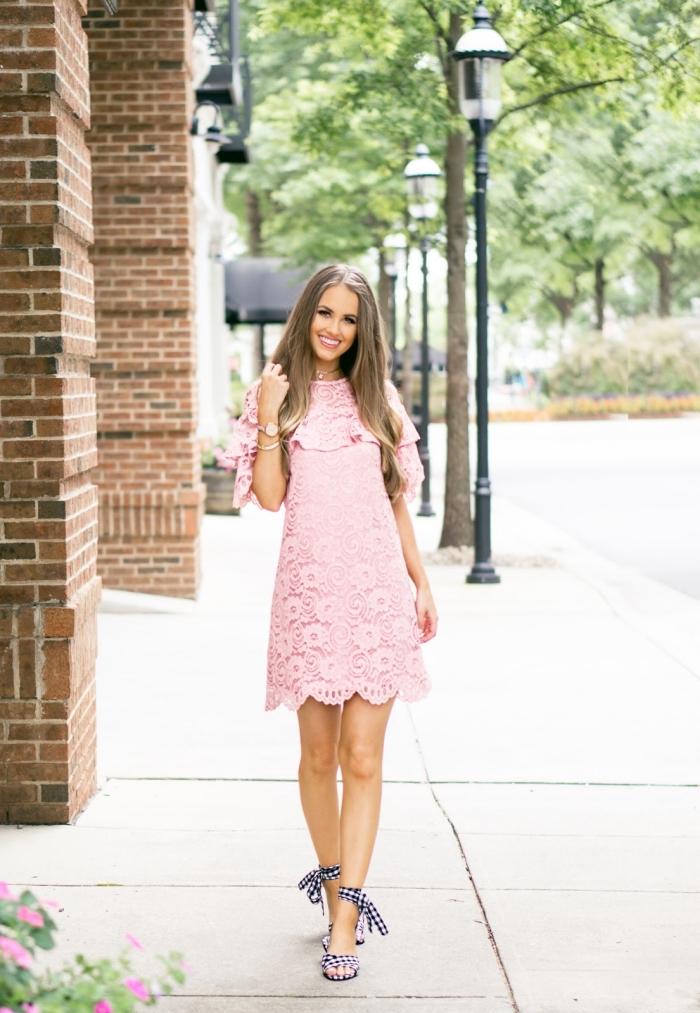 tenue femme invitée mariage été, exemple de robe rose poudré ou pastel à manches volants et dentelle florale