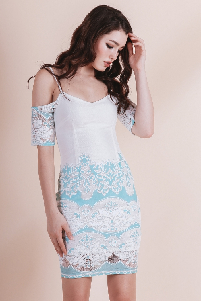 robe de cocktail pour mariage chic en blanc et bleu pastel, modèle de robe avec bretelles et manches tombantes