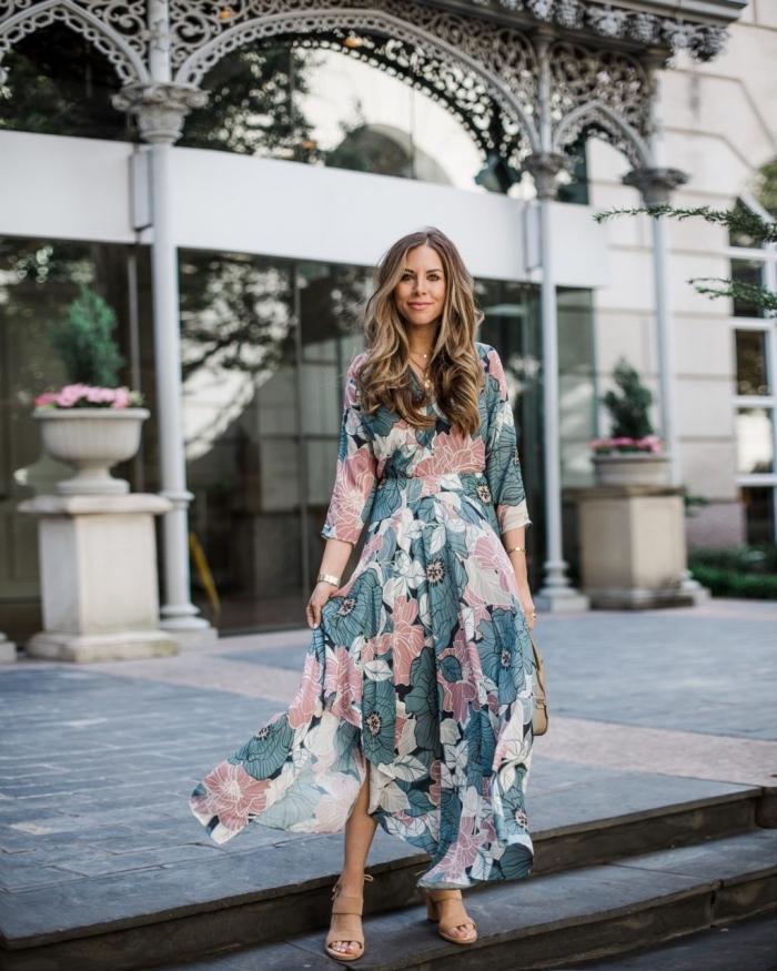 idée robe de soirée chic et glamour pour été 2019, exemple de robe longue à jupe volants aux motifs floraux rose et vert pastel