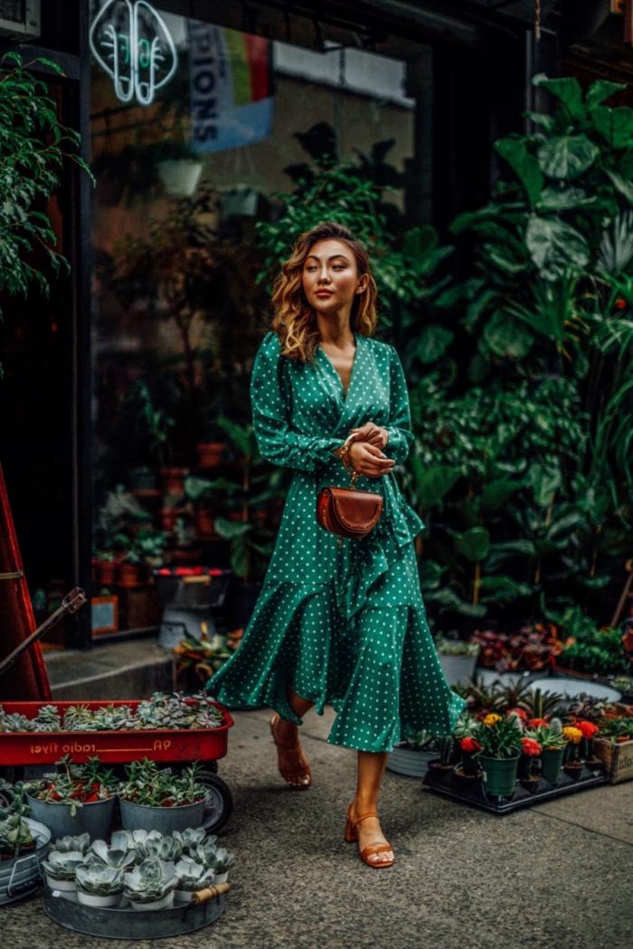 balayage naturel pour cheveux marron, modèle sac à main cuir marron foncé, exemple de robe d'été femme de couleur verte
