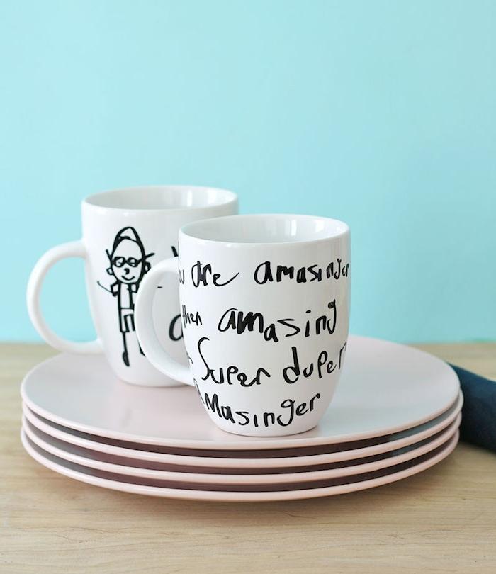 mug personnalisé fête des pères idée pour fabriquer un cadeaupour la fête des pères en maternelle simple avec dessins enfant au maruqueur sur mug