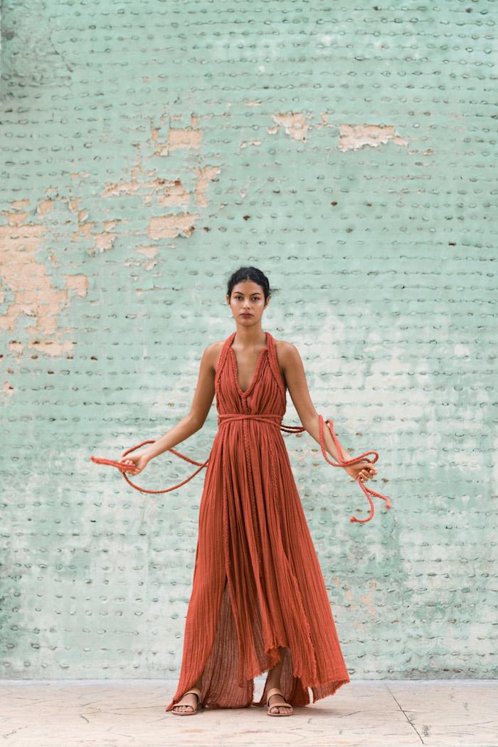 Robe modèle original, rouge robe longue d'été, sandales plates robe longue bohème, photo femme tenue de plage