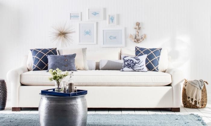 aménagement de salon blanc avec objets de nuances de bleu, idée objets de couleur bleu marine pour une déco océanique