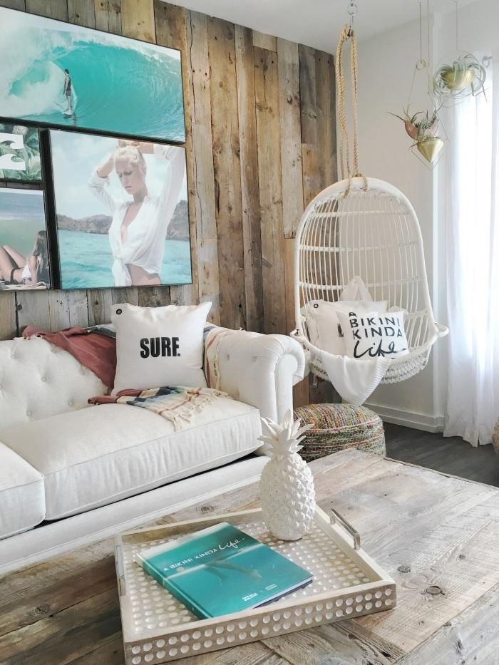 comment aménager un salon dans l'esprit aquatique, modèle de chaise oeuf suspendue décoré avec coussins plage