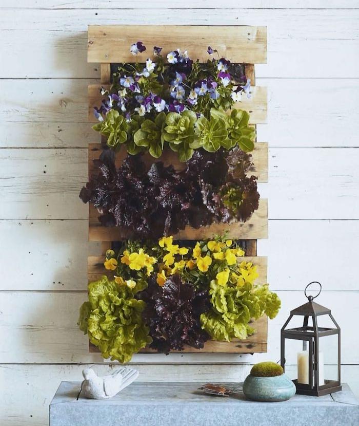 comment habiller un mur d un mur vegetal exterieur en lattes de palette de bois et des fleurs décoratives