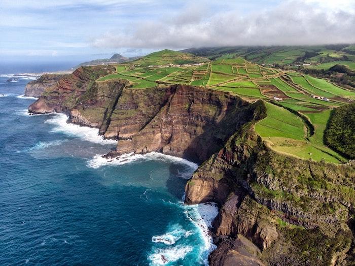 Magnifique nature paysage, le plus beau pays du monde, nature beauté, endroit paradisiaque ile océan atlantique, eau bleu et champs verts