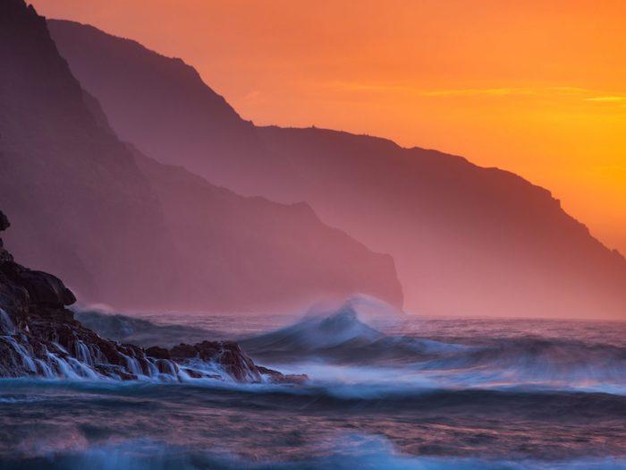Hawaii littoral paysage océan et montagnes au coucher de soleil, les plus beaux pays du monde, beau paysage nature