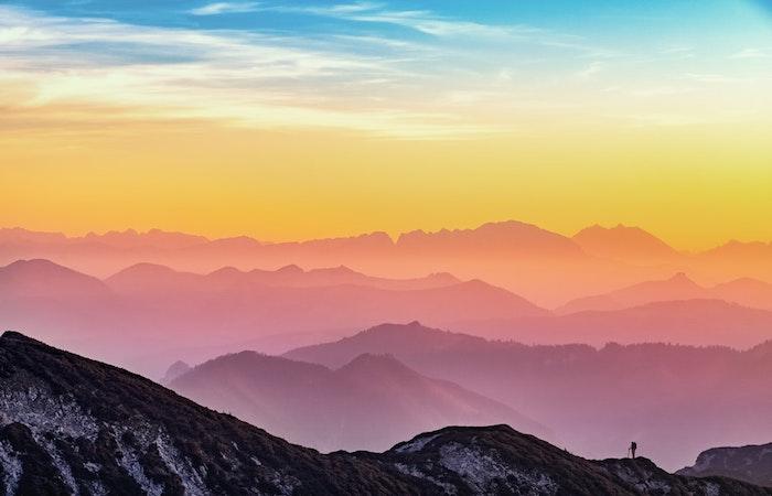 Les couleurs que le soleil créé au coucher de soleil, magnifique montagne paysage de reve, les plus beaux pays du monde avec la meilleure nature