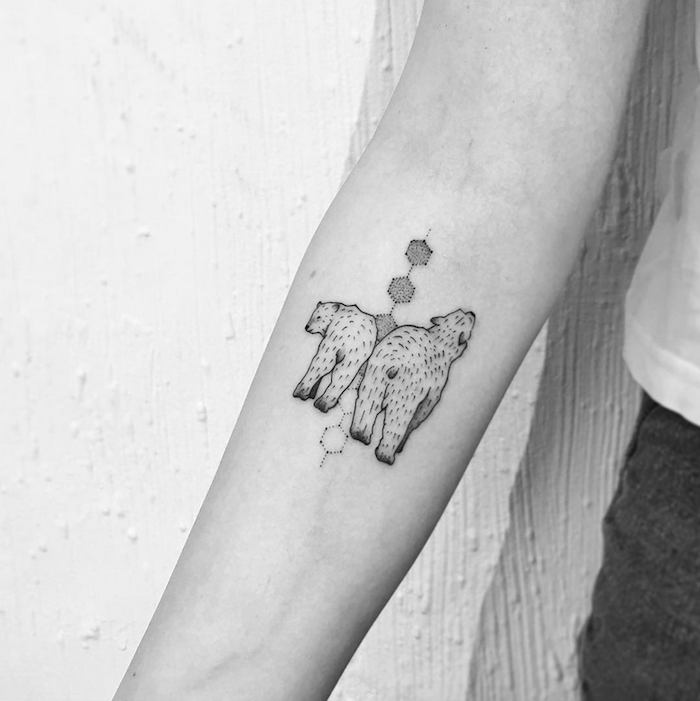 tatouage anima, ours polaire blanc et formes géométriques hexagonales sur le bras d une femme