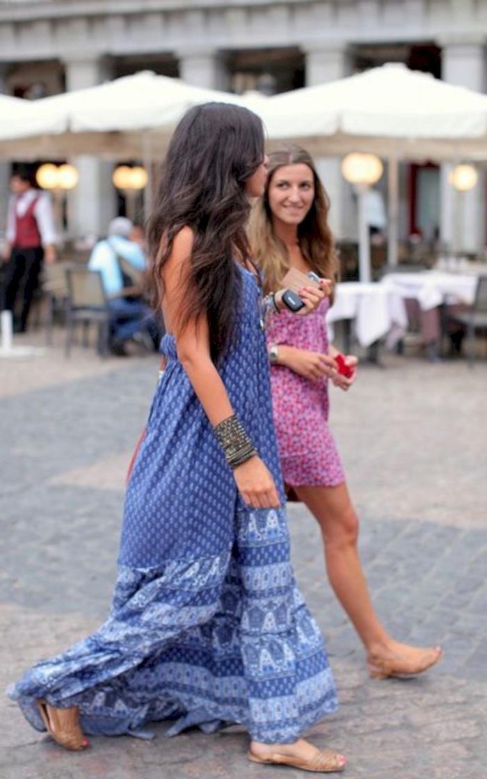 Amies en robes hippie chic, tenue moderne, coiffure au même style, sandales couleur nude, comment s'habiller pour la page, robe hippie chic,