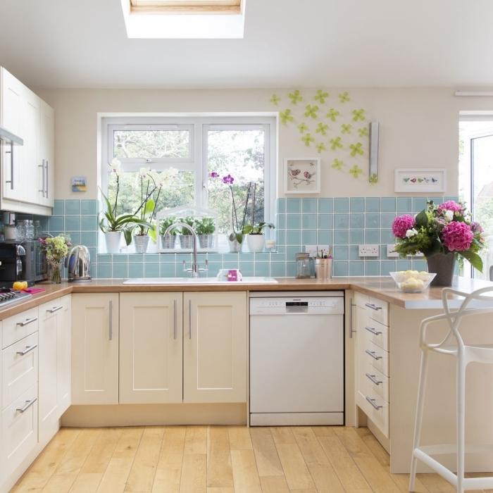 idée cuisine équipée pas cher, modèle de cuisine campagne au parquet bois avec armoires blanches et crédence bleu pastel