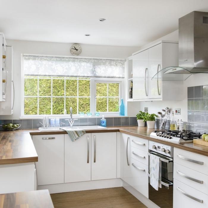 quelle couleur des murs pour une cuisine avec fenêtre, décoration cuisine en blanc et bois avec crédence carreaux gris