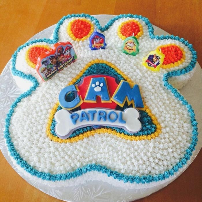 gateau patte patrouille en forme de patte de chien avec le logo du film, gâteau joliment décoré
