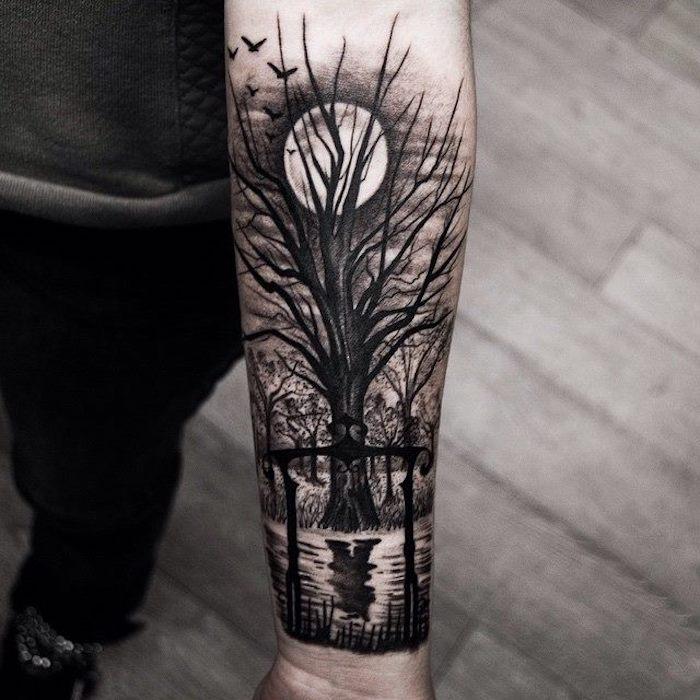 tatouage lune et arbre silhouette noire, idee se faire tatouer un paysage au clair de lune
